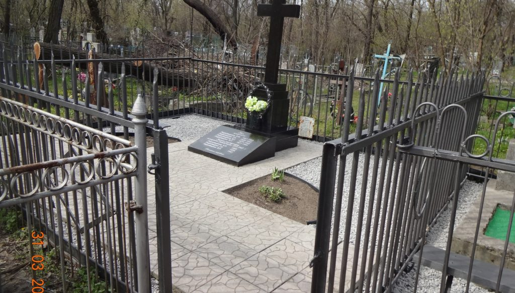 фото уборка могил в Днепре